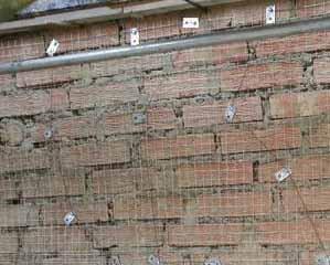 Решая, как отштукатурить фасад дома правильно, никогда не забудем о сетке и маяках