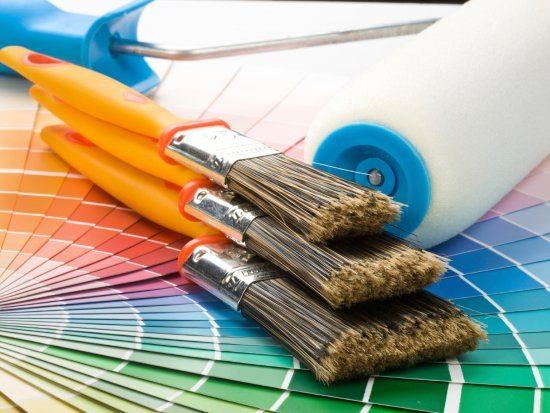 Решение вопроса, как правильно покрасить деревянный дом снаружи, начинается обязательно с вопроса, какие инструменты подобрать