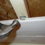 Рейки навесного потолка крепят кляймером.