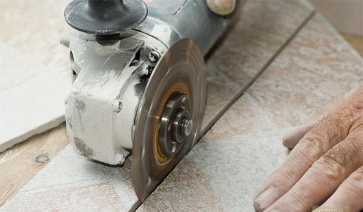 Резать плитку можно с помощью плиткореза либо болгарки со специальным диском по бетону