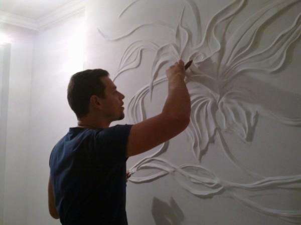 Ручное оформление стен гипсом или другим специальным материалов очень красиво выглядит, но имеет огромную цену