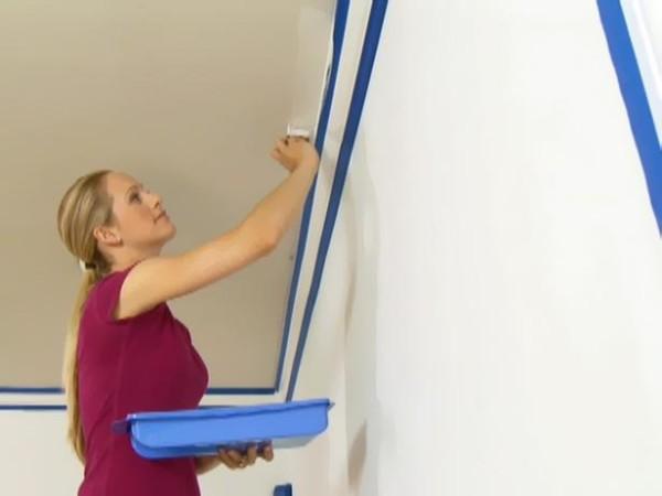 С помощью ленты вы защитите стену от попадания краски