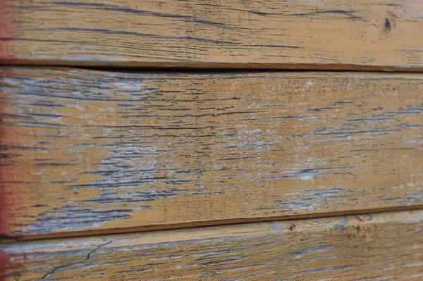 С течением времени краска отпадает целыми пластами, обнажая материал, что служит причиной его повреждения