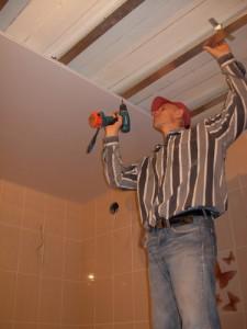 Сама процедура не требует демонтажа отделки стен и пола