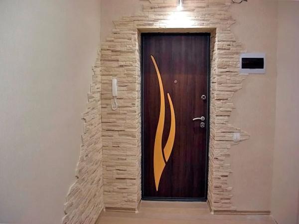 Самостоятельная отделка откосов входной двери искусственным камнем