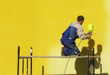 Самостоятельная покраска фасада дома краскопультом