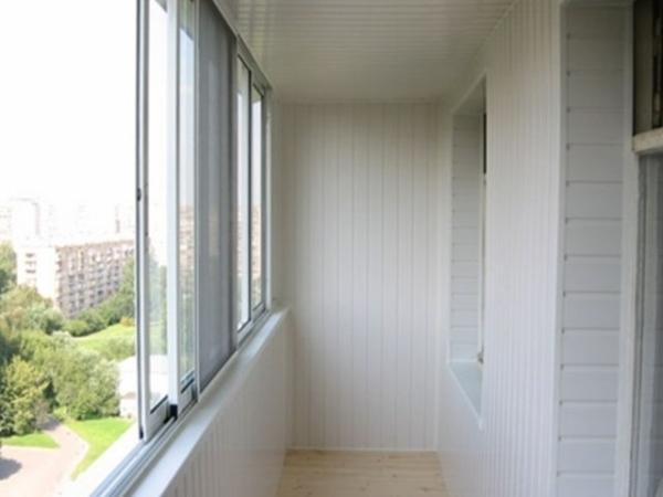 Сайдинг для внутренней отделки балкона используется такой же, как и для внешней