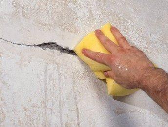 Щели в бетоне нужно прогрунтовать особенно тщательно