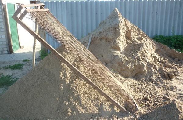 Сеем песок через сетку кровати