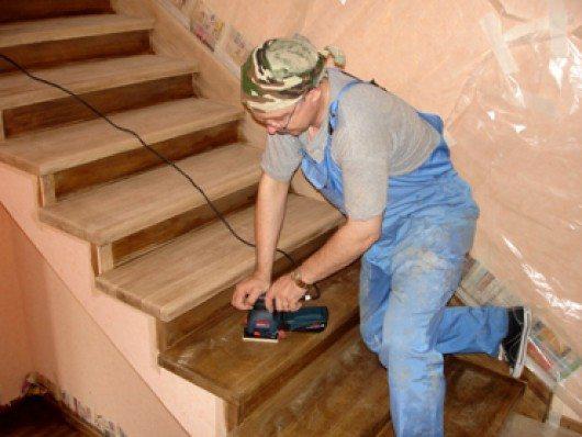 Шлифовка лестницы.