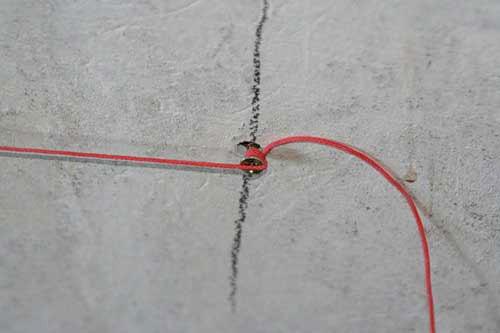 Шнур должен располагаться так, как показано на фото – проходить через верх шляпки самореза