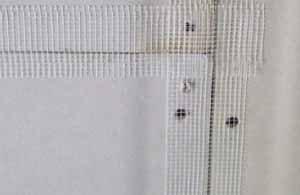 Шпаклевка гипсокартона под обои включает в себя и обработку стыков и крепёжных отверстий – здесь показан упрощённый вариант подобной обработки