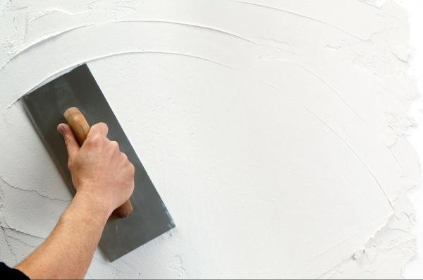 Шпатлевание стены перед оклейкой