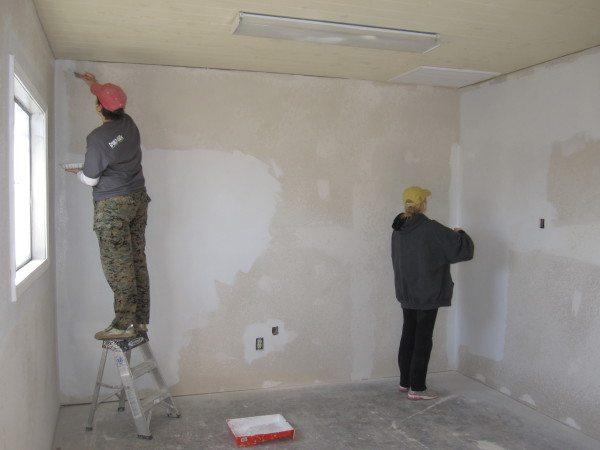 Шпатлевка и грунтовка стен из бетона