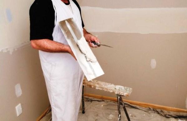 Шпатлевкой заделывать необходимо все проблемные участки: выбоины, трещины, осыпающийся бетон