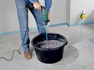 Штукатурка бетонного потолка, штукатурка для пенобетона – без тщательной подготовки смеси не обойтись, простой, но очень ответственный этап, с консистенцией лучше не ошибаться