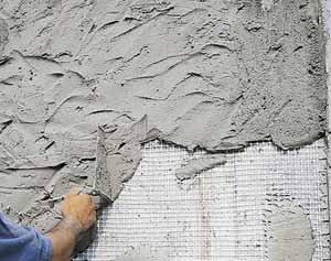 Штукатурка для наружных работ по бетону рекомендована с использованием армирующей сетки, которая значительно увеличивает прочность всей создаваемой многослойной отделки