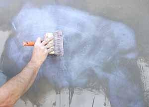 Штукатурная краска предполагает, тем не менее, грунтовку, но щадящую, кистью и в один тонкий слой