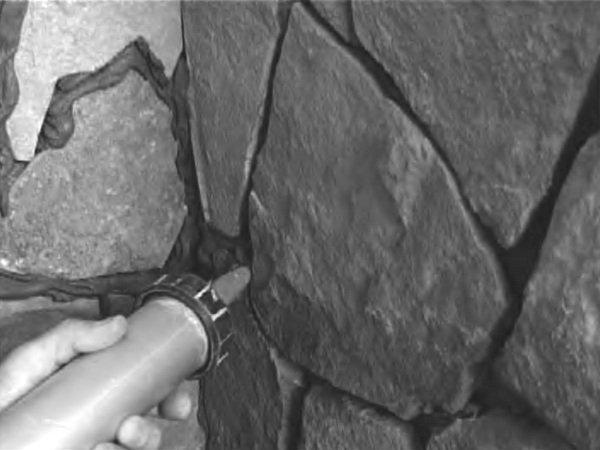 Швы между камнем лучше заделать полиуретановым составом