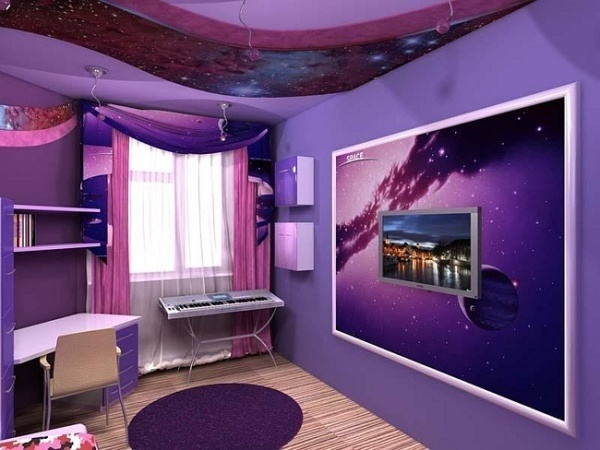 Сиреневый фон в комнате подростка.
