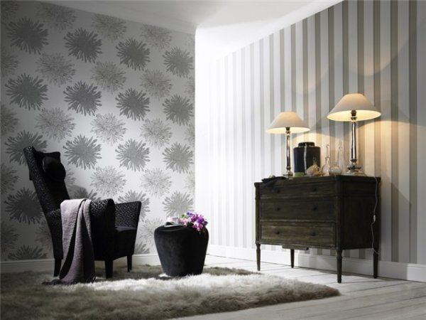 Скромное и одновременно изящное сочетание обоев и ламината в жилом помещении