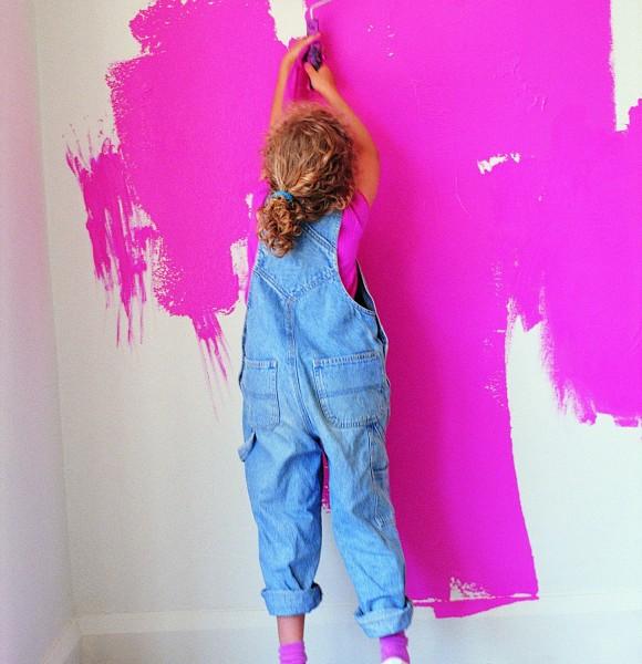 Смело принимаем помощь чада – дружная работа вместе с ребенком и с яркими красками.