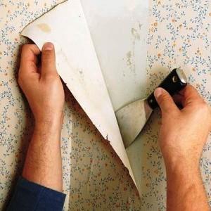 Снимаем с поверхности стены покрытия на флизелине