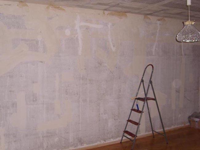 Снимаем все лишнее и моем стену водой.