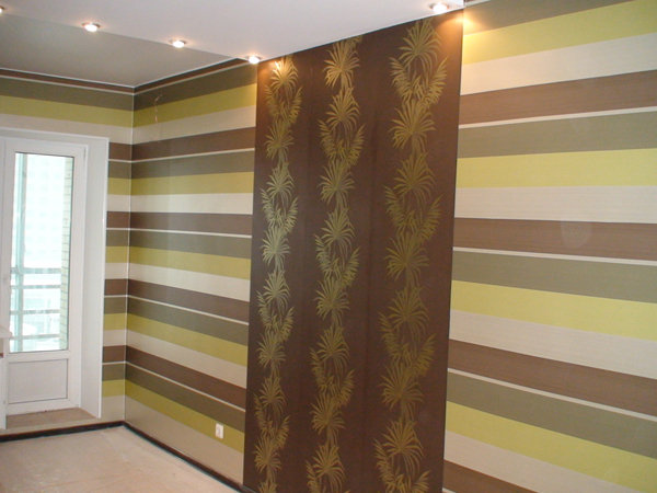 Сочетание горизонтального и вертикального рисунка - неплохое решение для декорирования современного интерьера