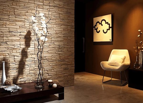 Сочетание обоев и искусственного камня в интерьере гостиной