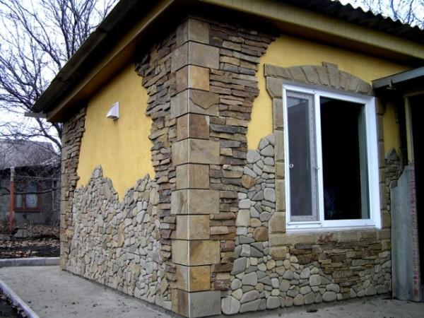 Сочетание различных видов отделочного камня.