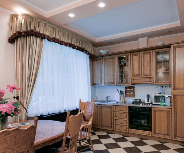 Сочетание штор с мебелью на кухне.