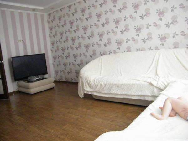 Сочетание вертикальных полос и цветочного орнамента в отделке гостиной