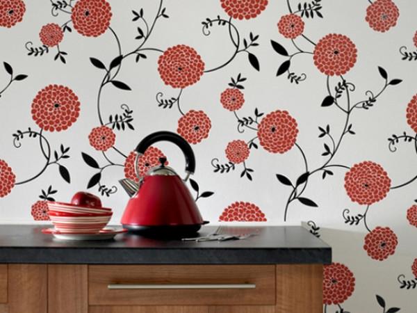 Сочетание ярких обоев и классической кухонной мебели