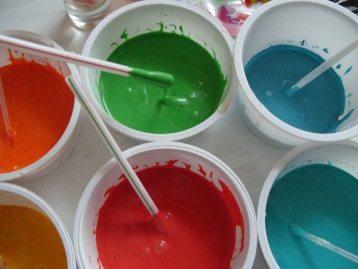 Состав должен быть равномерного цвета, потому тщательно перемешиваем краску.