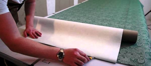 Момент нарезки обойных полотнищ