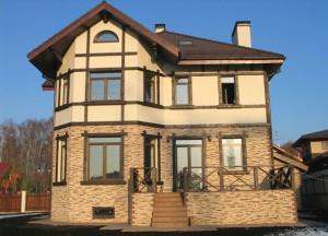 Современная отделка фасадов частных домов предполагает использование различных технологий, хотя и есть опасность потери единого стиля (что, кстати, к примеру на фото совершенно не относится)