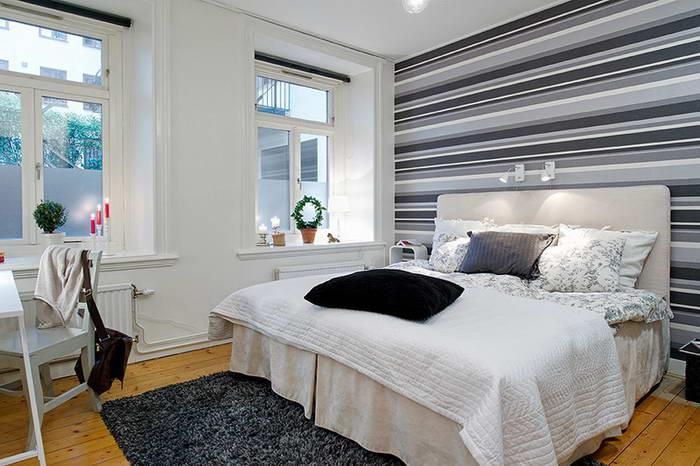 Спальня на фоне горизонтального рисунка.
