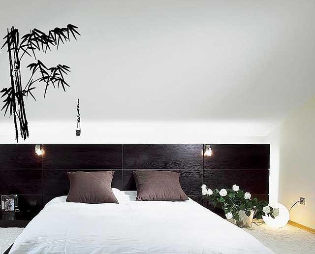 Спальня в светлых оттенках с бамбуковым принтом