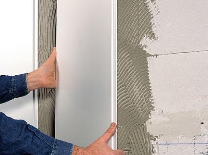 Специальный клей первоначально наносится на поверхность стены, после чего – прикладывается панель и прижимается вплотную к уже зафиксированному элементу
