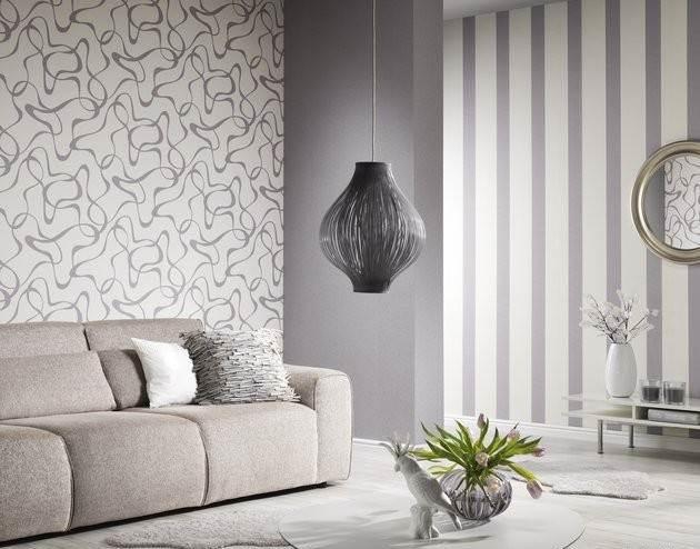 Спокойная комбинация вертикальных полос и абстракции в интерьере небольшой гостиной