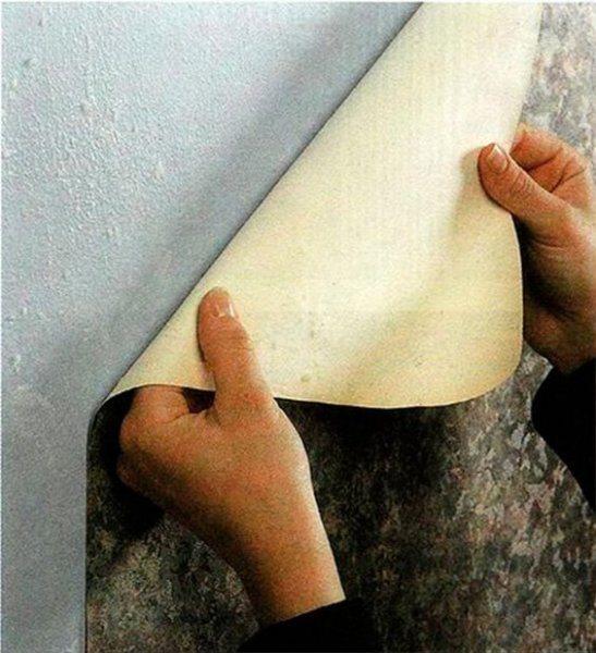Срывание обоев со стены руками