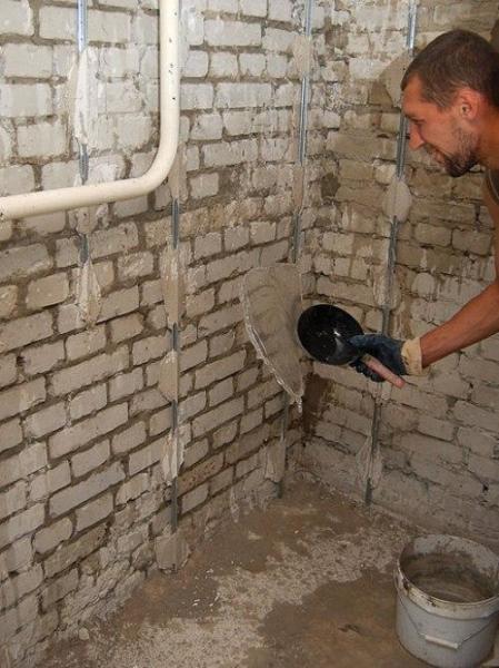 Стена из рядового строительного кирпича может штукатуриться без сетки.