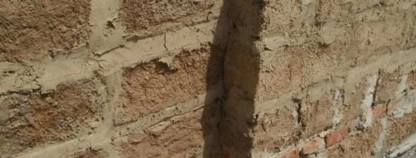 Стена из саманного кирпича