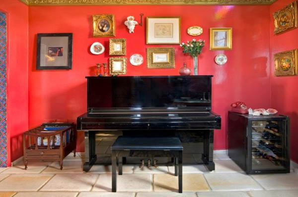 Стена, обладающая ярко-контрастным оттенком по отношению к цвету мебели