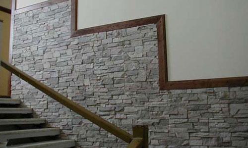 Стена, отделанная плиткой под камень