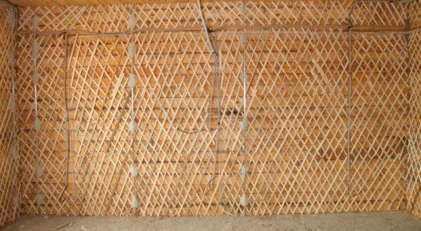 stena-s-obreshetkoy-iz-dranki-600x330 Как своими руками оштукатурить дом из кирпича, бруса и СИП-панелей Свой дом