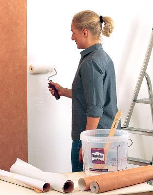 Стена также хорошо поддаётся цилиндрическому инструменту, хотя в трудных местах пригодится кисть