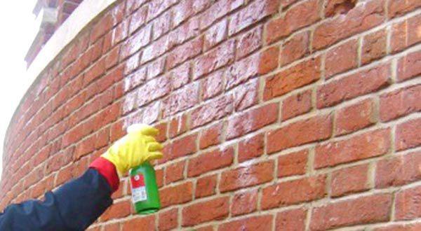 Стену отмываем и ремонтируем.