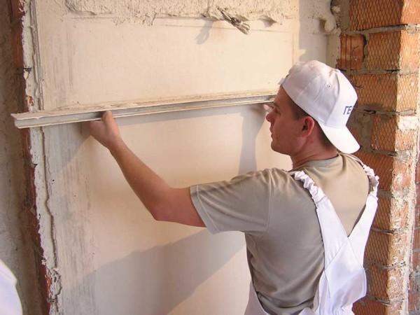 Стены оштукатуриваем для устранения неровностей